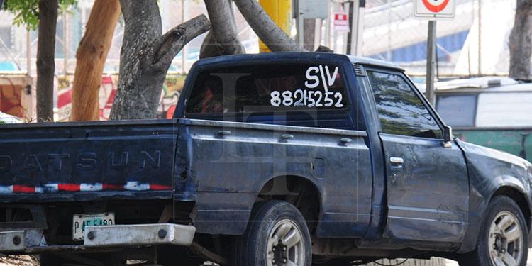 Cada día se ven en las calles de la ciudad más autos con rótulos que anuncian su venta.