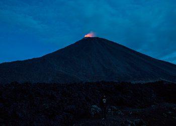 Volcán Pacaya de Guatemala lanza ceniza que se dispersa 8 kilómetros al sur