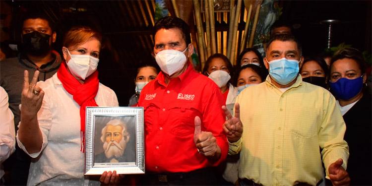 El precandidato a diputado por el Movimiento Liberal Yanista, Eliseo Castro, recibió la imagen del prócer hondureño, José Trinidad Cabañas, de manos de los aspirantes a la comuna de Santa Lucía.