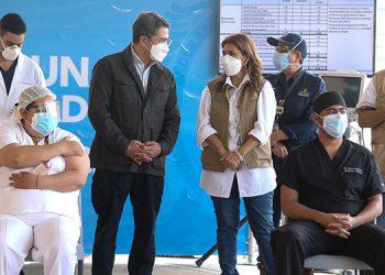 La enfermera Yelena Soraya Ortega y Nolvin Guifarro, los dos primeros inmunizados.