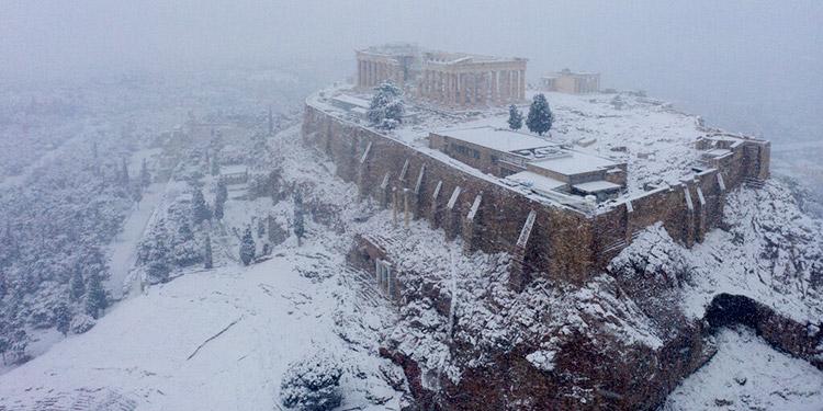 Rara nevada cubre Atenas; demora servicios y vacunas COVID