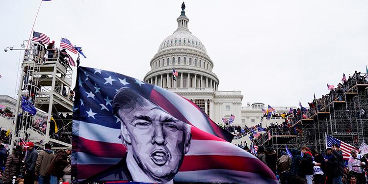 Organización de derechos civiles demanda a Trump por el asalto al Capitolio