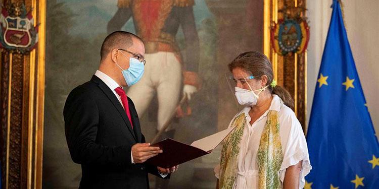 El canciller de Venezuela, Jorge Arreaza, entrega hoy la carta con la que declara persona non grata a la embajadora de la Unión Europea, Isabel Brilhante (d), en Caracas (Venezuela).