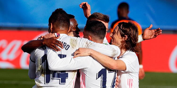 El Real Madrid manda al descanso con tantos de Benzema y Kroos