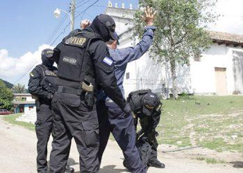 """Los cuerpos policiales hoy se adentraron en las denominadas """"zonas calientes"""" para investigar a las distintas personas que transitan."""