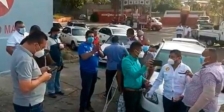 Taxistas exigen ser vacunados contra el COVID-19 después del personal de salud