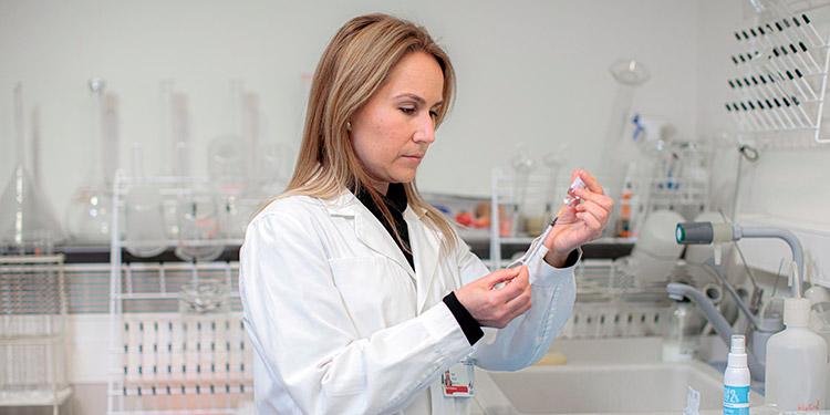 Dos enfermeras españolas logran sacar una séptima dosis de vacuna de Pfizer
