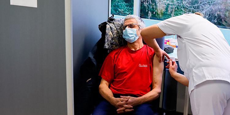 Vacuna de Pfizer puede neutralizar tres variantes del SARS-Cov-2