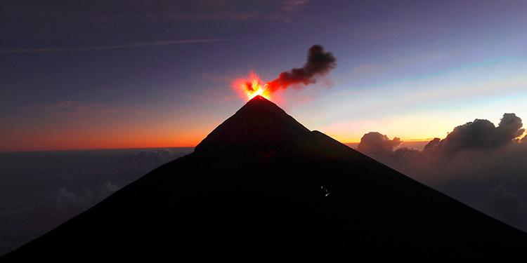 Autoridades declaran en erupción el volcán de Fuego de Guatemala