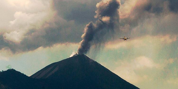 Volcán Pacaya de Guatemala mantiene explosiones de 3.200 metros de altura