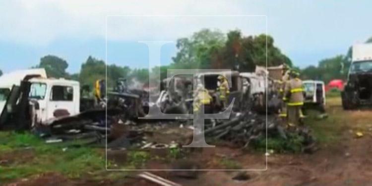 Incendio consume varios vehículos chatarra en SPS