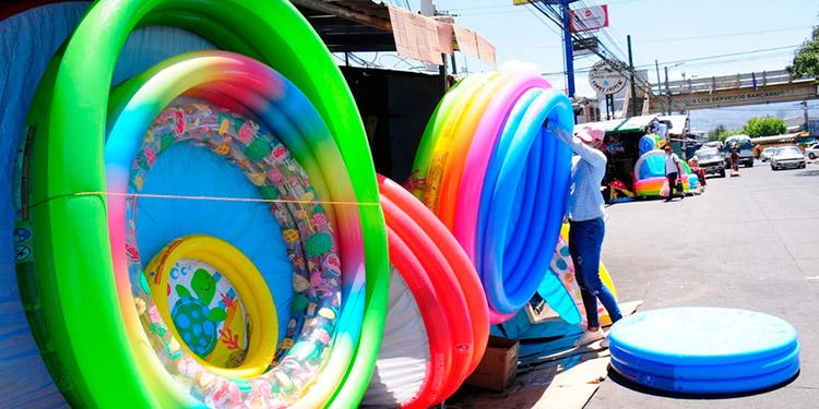 Con piscinas inflables se preparan los capitalinos para quedarse en casa durante este feriado.