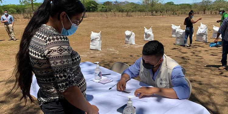 Miembros de las comunidades recibieron su ración de alimentos.