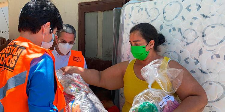 La designada presidencial, María Antonia Rivera; y el ministro para la Promoción de Inversiones, Luis Mata, entregaron electrodomésticos a los vecinos de la Sitraterco.