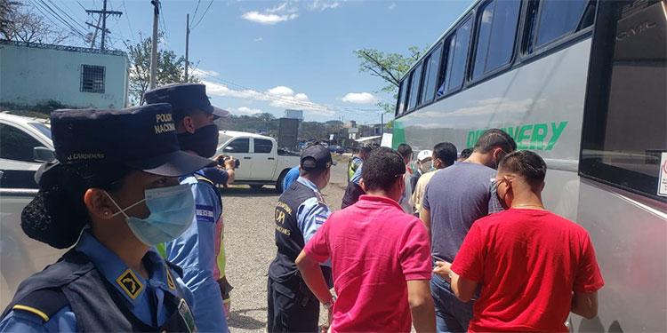 Los agentes continuaban ayer concientizando a los viajeros para que mantengan las medidas de bioseguridad.