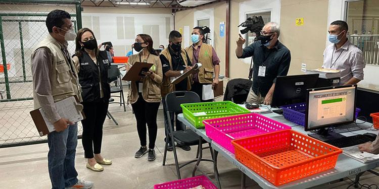 Blanca Laínez, directora Electoral del CNE, fue la encargada de explicar a los representes del IAIP todo el proceso que lleva a cabo el organismo electoral.