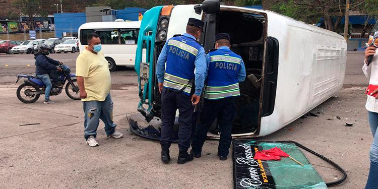 La unidad de transporte se dio vuelta en plena carretera, salvándose de morir varios pasajeros.