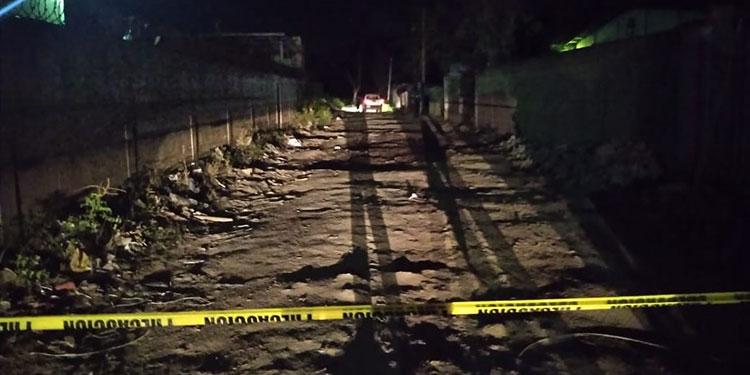 El joven trabajador fue atacado a disparos en esta oscura calle que atraviesa la conflictiva colonia Satélite, en San Pedro Sula.
