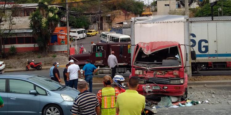 Debido al choque de un camión contra un poste, se armaron grandes filas de automóviles en el anillo periférico.