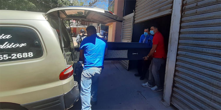 Los restos del desafortunado camionero ayer fueron retirados de la morgue capitalina.