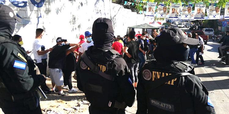Para que miles de votantes ejercieran tranquilamente el sufragio, decenas de agentes antipandillas se hicieron presentes en los centros de votación destacados a nivel nacional.