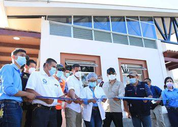 El Presidente Juan Orlando Hernández inauguró y entregó a la población el Centro Aprender para Emprender del Instituto Ramón Rosa.