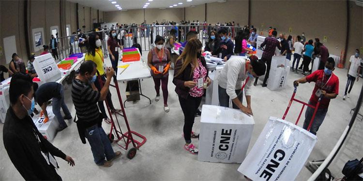 El CNE inició anoche la transcripción, conteo, escaneo y publicación de las primeras actas electorales.