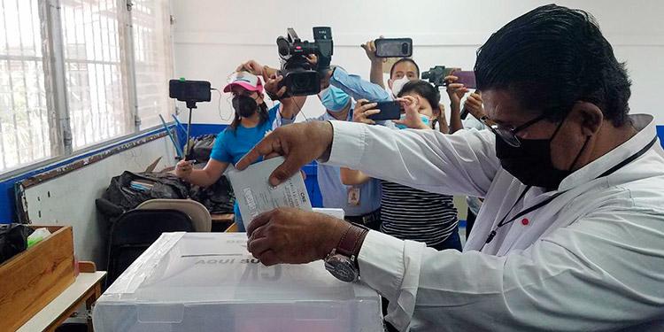 El alcalde del municipio de Choluteca, Quintín Soriano, deposita las papeletas en las urnas.