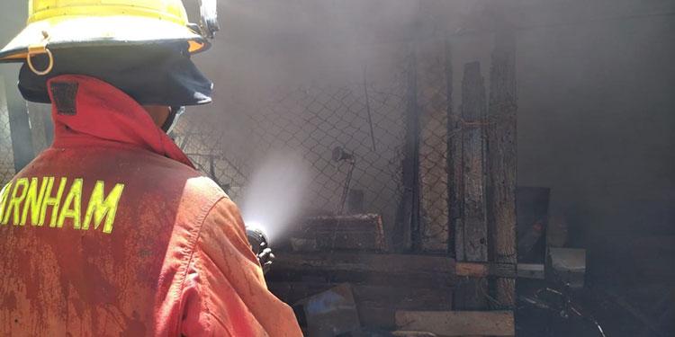 El informe preliminar dado por los bomberos, indica que más de 30 personas son las afectadas por el incendio.