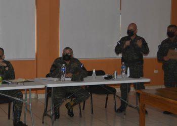 Oficiales de la 110 Brigada de Infantería durante las reuniones con autoridades electorales y representantes de partidos políticos en Danlí.
