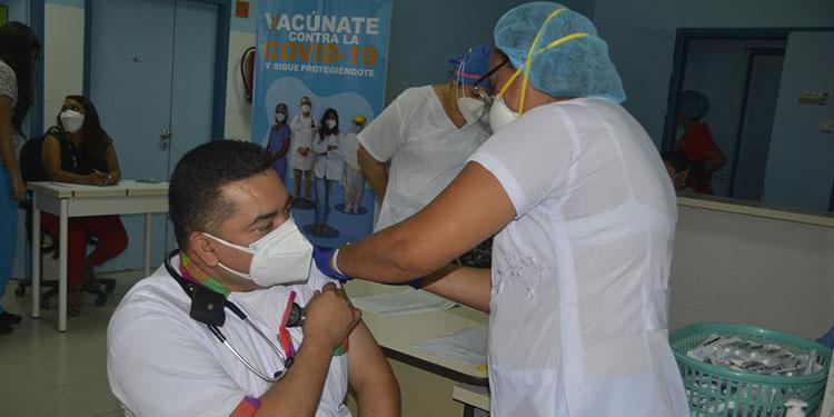 """El doctor Idixi Garmendia fue el primero en recibir la vacuna contra el COVID-19, en el Hospital """"Gabriela Alvarado"""" de Danlí, El Paraíso."""