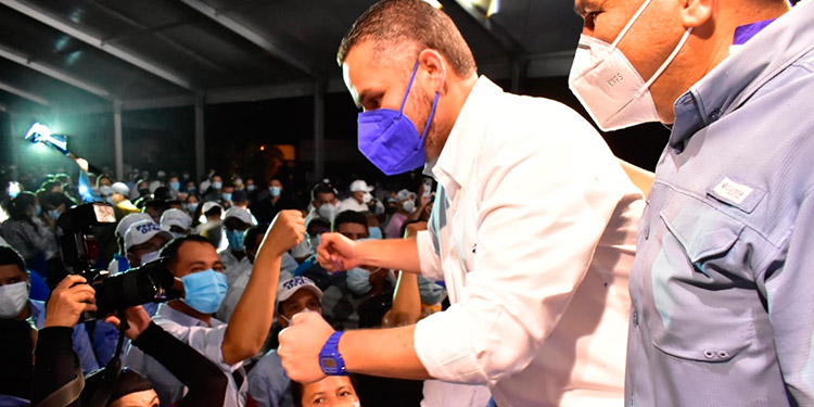 """David Chávez Madison del movimiento """"Unidad y Esperanza"""" votó en la UNAH."""