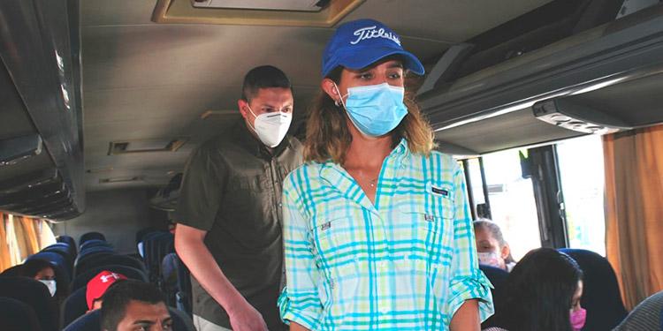 Max Gonzales y Piubany Williams se subieron a los buses a ver quién no llevaba mascarilla.