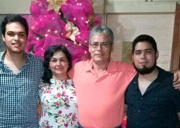 El joven médico, Luis Linares, junto a su fallecida madre Nebeida Sorto, su papá Eddy Linares, y su hermano Pablo Linares.