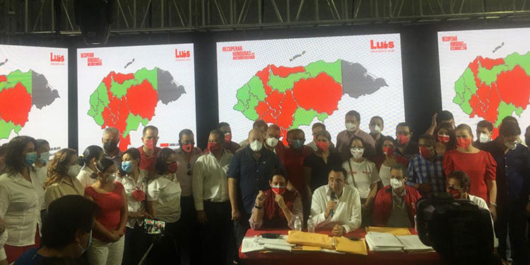 El precandidato presidencial liberal del movimiento Recuperar Honduras, Luis Zelaya, en la conferencia de prensa.