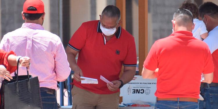 """El doctor Mario Noé Villafranca del movimiento """"La Esperanza en Honduras"""" votó en el Instituto Salesiano San Miguel."""