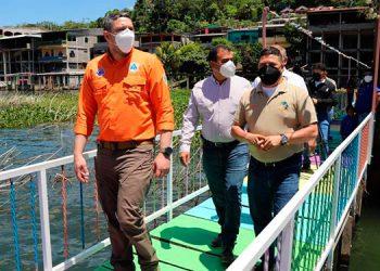En el recorrido, Gonzales habló con los dueños de negocios y turistas.