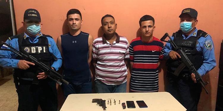 De acuerdo a las investigaciones, los ahora arrestados se transportan en un vehículo tipo taxi y se dedican al asalto a mano armada de personas en San Pedro Sula y Quimistán.