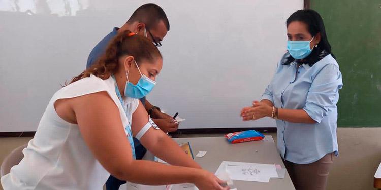 Ligia Laínez Bermúdez, la alcaldesa de El Paraíso, en busca de aspirar a la reelección, al momento de votar.
