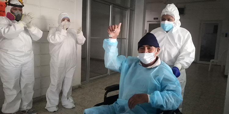 Con alegría y gratitud se marchan los pacientes recuperados de COVID-19, al darles de alta en la Unidad Estabilizadora Municipal.
