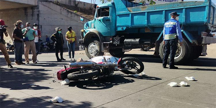 El lamentable accidente que dejó como saldo una persona muerta sucedió cerca de un puente a desnivel que está ubicado en la salida oriental de la capital.