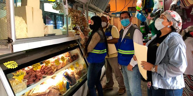 Al menos 15 puestos y un supermercado reciben notificaciones por incumplir la estabilización de precios en la carne de pollo.