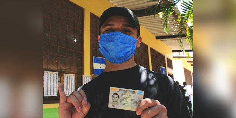 VOTANTE. Juan Francisco Galeas (18) ejerció el voto por primera vez y con el nuevo DNI, en la colonia Los Pinos, de Tegucigalpa.