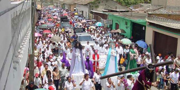 Los actos litúrgicos, particularmente el tradicional vía crucis, bajo medidas extremas de bioseguridad de acuerdo a lo informado por el obispo de diócesis, José Antonio Canales.