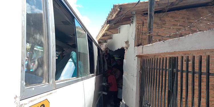 Los pasajeros vivieron momentos de terror cuando la máquina se incrustó en las paredes de bloque de la casa de habitación.