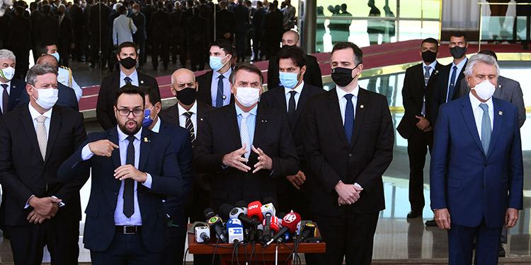 El presidente Jair Bolsonaro anunció un comité nacional junto con el Congreso y el Tribunal Supremo para combatir la COVID-19. (LASSERFOTO AFP)