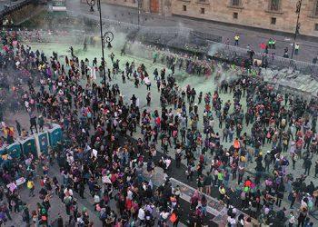 """Furiosas y al grito de """"¡tiemblen, feminicidas!"""", miles de mujeres protestaron en ciudad de México contra la violencia de género, al conmemorarse el Día Internacional de la Mujer.  (LASSERFOTO AFP)"""