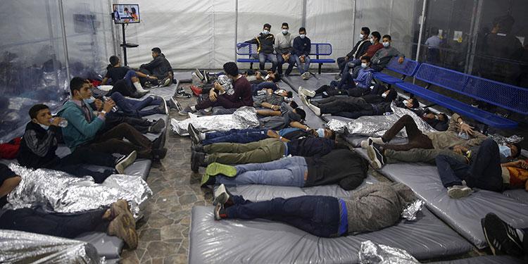 El gobierno del presidente Joe Biden les permitió el martes, por primera vez, a periodistas visitar su principal centro de detenciones para niños migrantes.