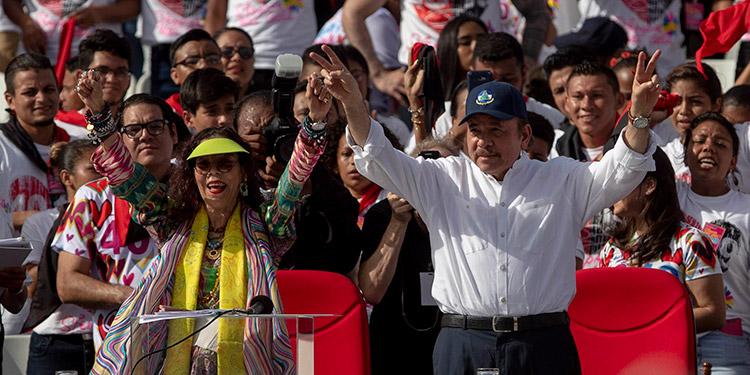 """El presidente de Nicaragua, Daniel Ortega, y su esposa, la vicepresidenta Rosario Murillo, """"quedarán como ladrones y criminales ante la historia"""", dijo el no gubernamental Centro Nicaragüense de Derechos Humanos.(LASSERFOTO EFE)"""