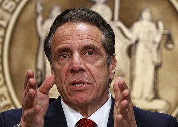 Una mujer del norte del Estado de Nueva York aseveró el lunes que el gobernador neoyorquino Andrew Cuomo la tomó del rostro y besó su mejilla.    (LASSERFOTO AP)